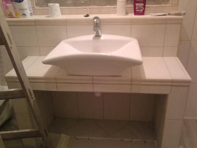 Fürdőszoba monolit mosdótartó készités a lakásfelújítás során-